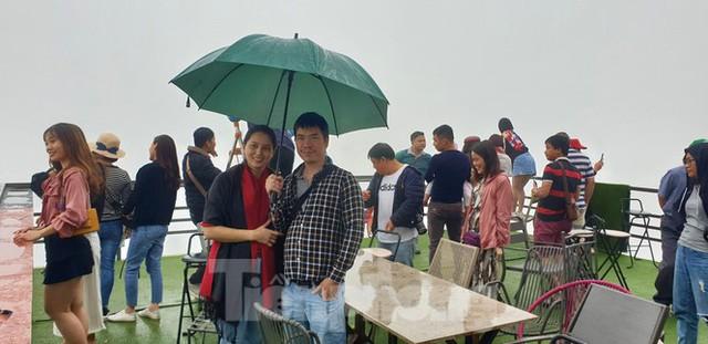 Du khách chen chân check in ở Panorama Mã Pì Lèng giữa ồn ào sai phạm - Ảnh 7.