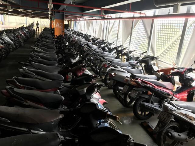 Hàng trăm xe máy nằm vạ nhiều năm ở sân bay Tân Sơn Nhất - Ảnh 1.