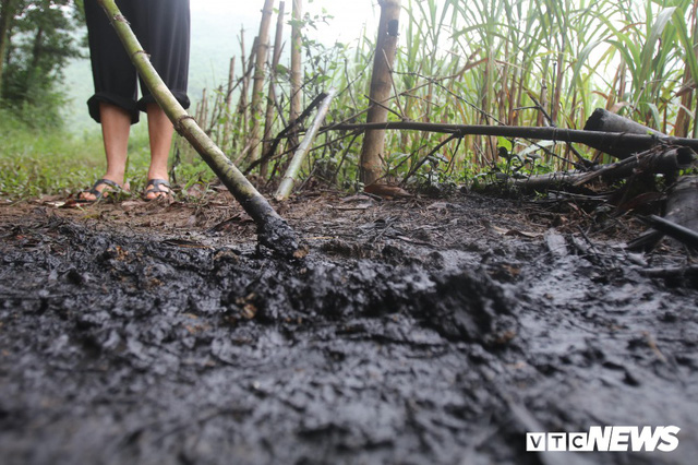 Ảnh: Cận cảnh con suối đen sì gần nhà máy nước sạch sông Đà bị đầu độc bởi dầu thải - Ảnh 6.