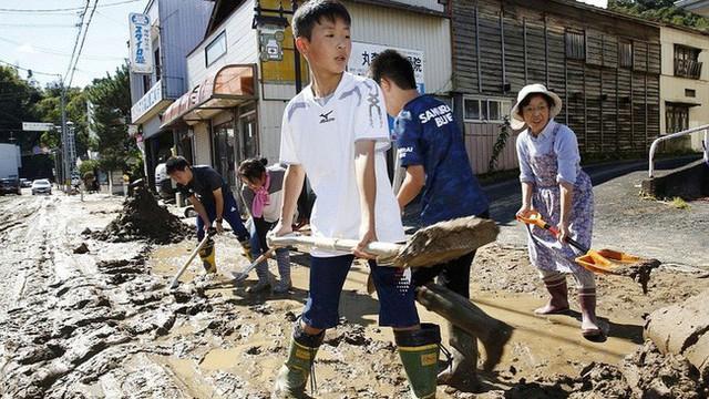 Người Nhật Bản, từ già đến trẻ không ai than khóc với thảm họa Hagibis, âm thầm vực dậy sau nỗi đau khiến ai cũng phải ngả mũ - Ảnh 7.