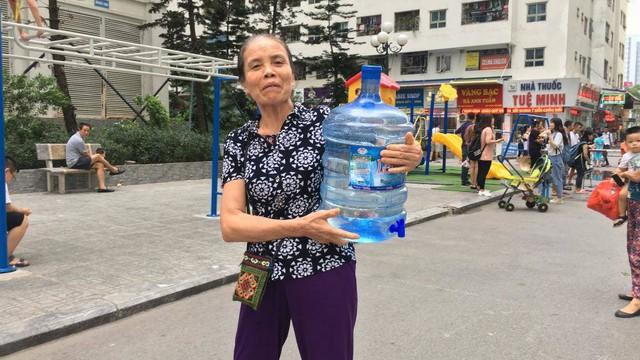 Cư dân Linh Đàm đội mưa nhọc nhằn hứng từng can nước  - Ảnh 9.