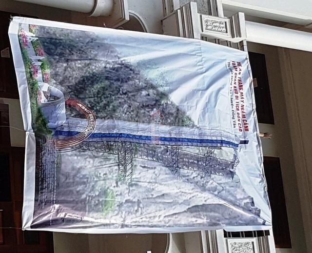 Thang máy 102 tầng ở phố cổ Đồng Văn được xây rồi tạm dừng thế nào? - Ảnh 2.