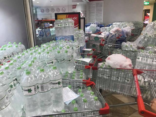 Người dân Hà Nội chi tiền triệu để mua nước khoáng đóng chai do ô nhiễm nước - Ảnh 2.