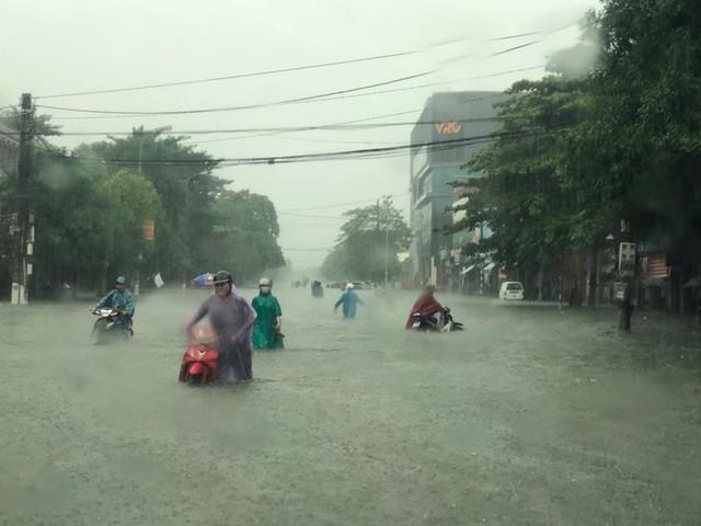 Thành phố Vinh thất thủ sau trận mưa xối xả - Ảnh 2.