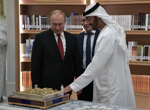 Ông Putin tặng Thái tử UAE loài chim quý của Nga, nhận được cả một tòa lâu đài dát vàng - Ảnh 1.