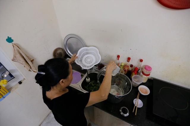Dân Hà Nội xuyên đêm xếp hàng lấy nước sạch sau vụ nước sông Đà nhiễm dầu - Ảnh 13.