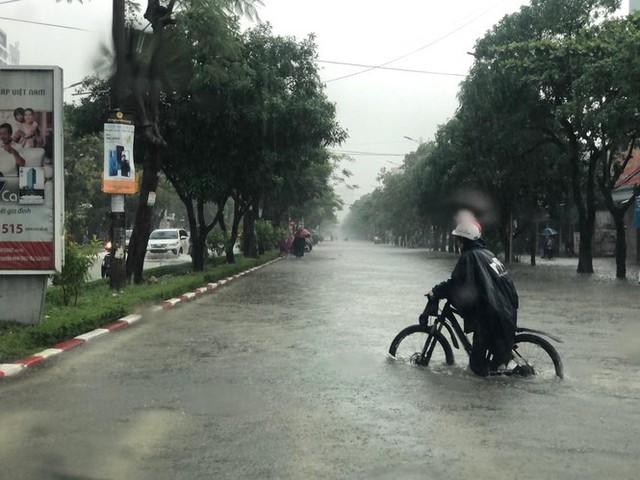 Thành phố Vinh thất thủ sau trận mưa xối xả - Ảnh 4.