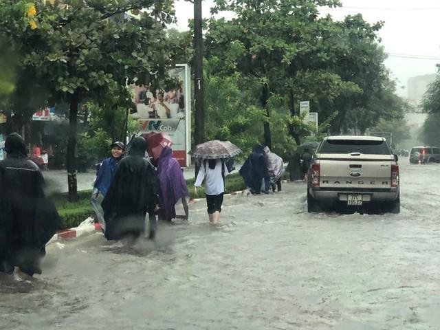 Thành phố Vinh thất thủ sau trận mưa xối xả - Ảnh 5.