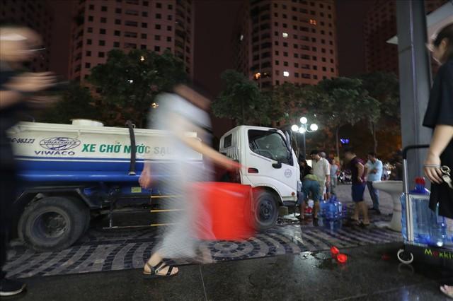 Dân Hà Nội xuyên đêm xếp hàng lấy nước sạch sau vụ nước sông Đà nhiễm dầu - Ảnh 5.