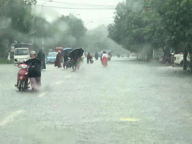 Thành phố Vinh thất thủ sau trận mưa xối xả - Ảnh 6.