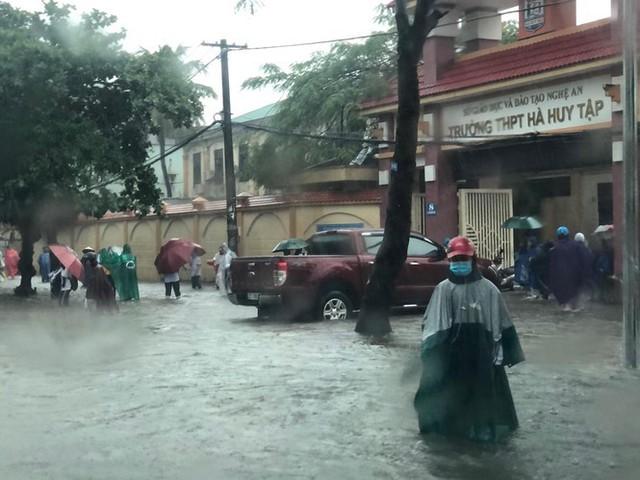 Thành phố Vinh thất thủ sau trận mưa xối xả - Ảnh 8.