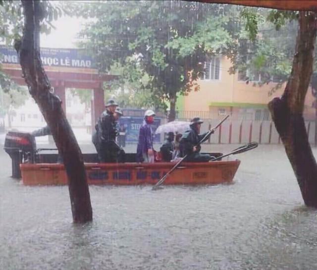 Thành phố Vinh thất thủ sau trận mưa xối xả - Ảnh 9.