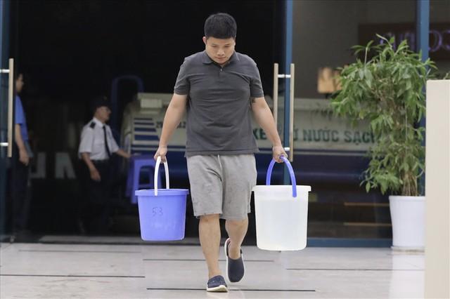 Dân Hà Nội xuyên đêm xếp hàng lấy nước sạch sau vụ nước sông Đà nhiễm dầu - Ảnh 9.