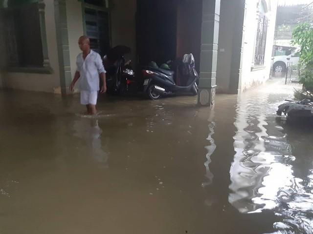 Thành phố Vinh thất thủ sau trận mưa xối xả - Ảnh 10.