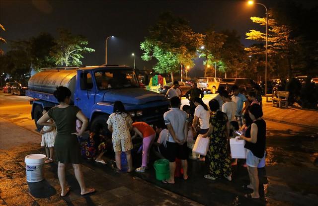 Dân Hà Nội xuyên đêm xếp hàng lấy nước sạch sau vụ nước sông Đà nhiễm dầu - Ảnh 10.