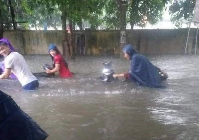 Mưa lớn ở Nghệ An làm 2 người chết, hơn 5.000 ngôi nhà bị ngập - Ảnh 1.