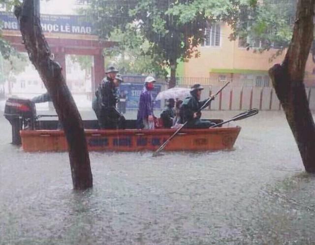 Mưa lớn ở Nghệ An làm 2 người chết, hơn 5.000 ngôi nhà bị ngập - Ảnh 2.