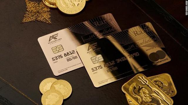 Hoàng gia Anh phát hành thẻ tín dụng bằng vàng nguyên khối - Ảnh 2.