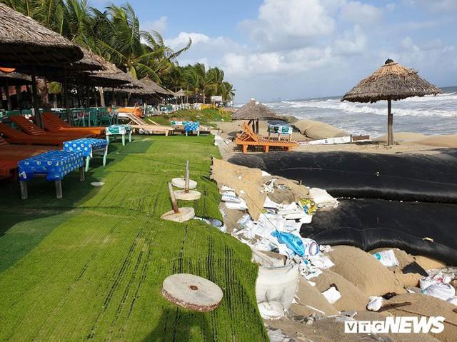 Ảnh: Sóng lớn công phá bờ kè, uy hiếp bãi biển Cửa Đại - Ảnh 3.