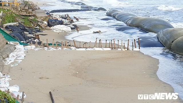 Ảnh: Sóng lớn công phá bờ kè, uy hiếp bãi biển Cửa Đại - Ảnh 4.