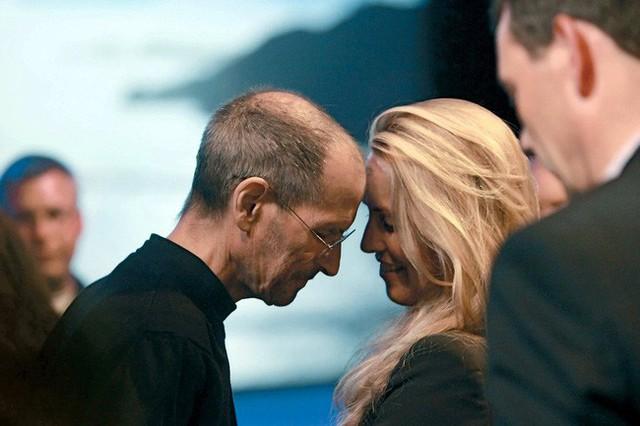Chuyện tình của ông trùm Apple: Vì một buổi nói chuyện mà mê đắm cô sinh viên, biến vợ thành nữ tỷ phú giàu thứ 5 thế giới - Ảnh 5.
