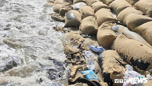 Ảnh: Sóng lớn công phá bờ kè, uy hiếp bãi biển Cửa Đại - Ảnh 5.