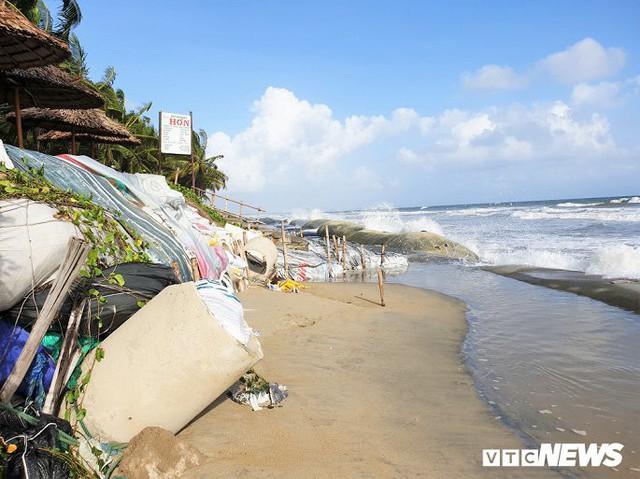 Ảnh: Sóng lớn công phá bờ kè, uy hiếp bãi biển Cửa Đại - Ảnh 7.