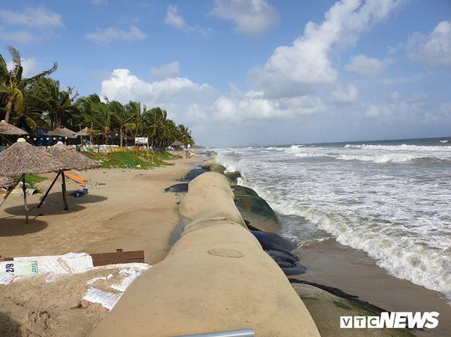 Ảnh: Sóng lớn công phá bờ kè, uy hiếp bãi biển Cửa Đại - Ảnh 9.
