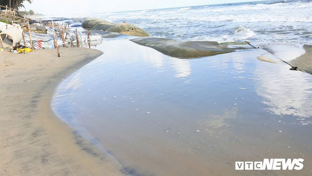 Ảnh: Sóng lớn công phá bờ kè, uy hiếp bãi biển Cửa Đại - Ảnh 10.