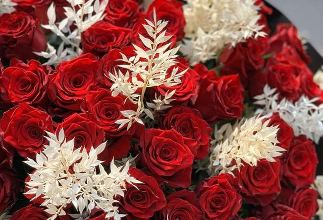 Giá hoa tươi tăng mạnh trước ngày 20/10, rộ mốt siêu to siêu khổng lồ - Ảnh 3.