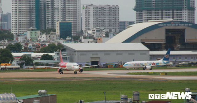 Lái xe bán tải tạt đầu máy bay, nam nhân viên sân bay Tân Sơn Nhất bị đình chỉ - Ảnh 1.