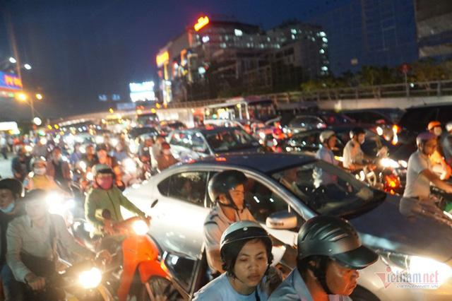 Cửa ngõ Tân Sơn Nhất tê liệt, ngàn ô tô dàn hàng kín đặc đường - Ảnh 3.