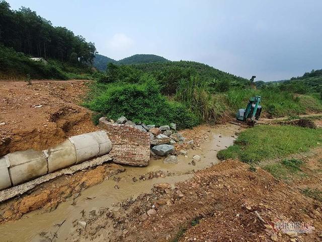 Mùi khủng khiếp ở đồi Mông, nơi xả thải xuống nhà máy nước sông Đà - Ảnh 12.