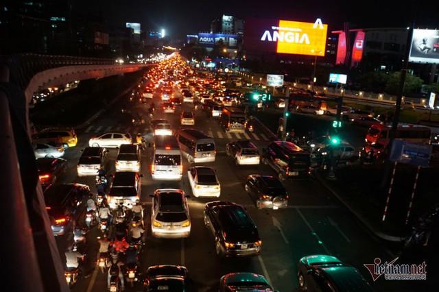Cửa ngõ Tân Sơn Nhất tê liệt, ngàn ô tô dàn hàng kín đặc đường - Ảnh 13.