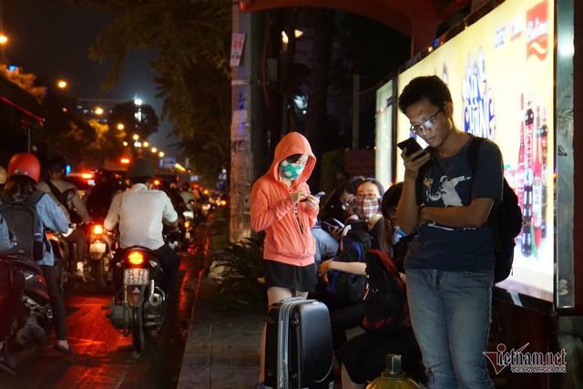Cửa ngõ Tân Sơn Nhất tê liệt, ngàn ô tô dàn hàng kín đặc đường - Ảnh 17.