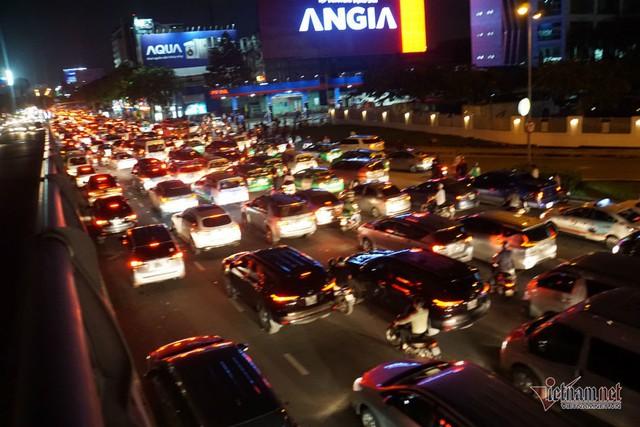 Cửa ngõ Tân Sơn Nhất tê liệt, ngàn ô tô dàn hàng kín đặc đường - Ảnh 5.