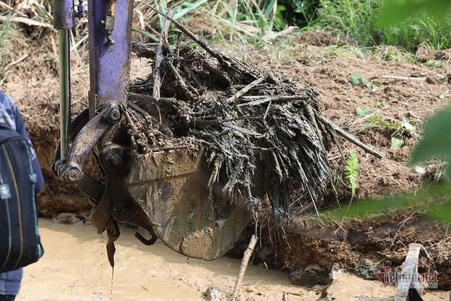 Mùi khủng khiếp ở đồi Mông, nơi xả thải xuống nhà máy nước sông Đà - Ảnh 8.