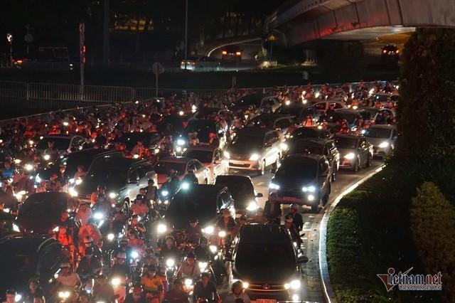 Cửa ngõ Tân Sơn Nhất tê liệt, ngàn ô tô dàn hàng kín đặc đường - Ảnh 8.