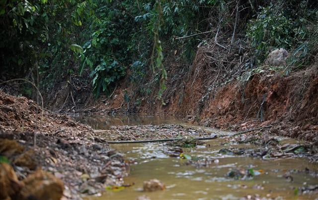 Hiện trường vụ đổ trộm dầu thải đầu nguồn nước sông Đà ra sao sau một tuần? - Ảnh 8.