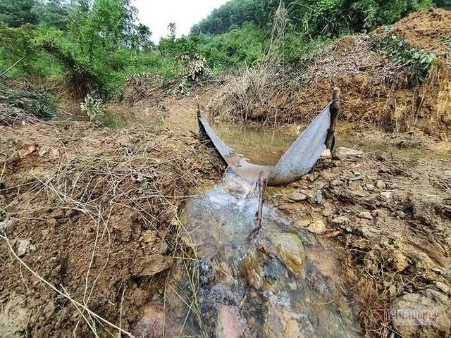 Mùi khủng khiếp ở đồi Mông, nơi xả thải xuống nhà máy nước sông Đà - Ảnh 11.