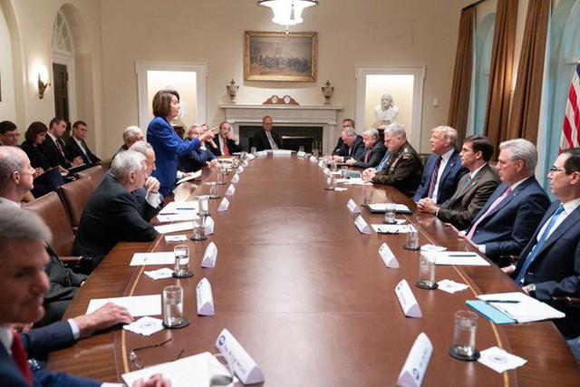 Cái chỉ tay của Chủ tịch Hạ viện Mỹ và bức ảnh gây xôn xao dư luận: Mọi con đường đều dẫn tới Putin! - Ảnh 2.