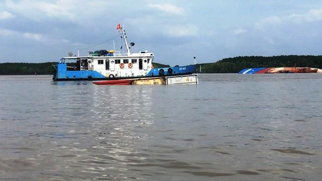 Cận cảnh cứu hộ tàu 8.000 tấn chìm trên sông Lòng Tàu - Ảnh 1.