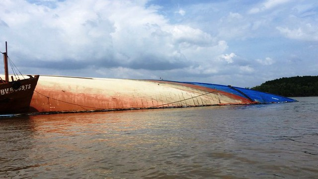 Cận cảnh cứu hộ tàu 8.000 tấn chìm trên sông Lòng Tàu - Ảnh 2.