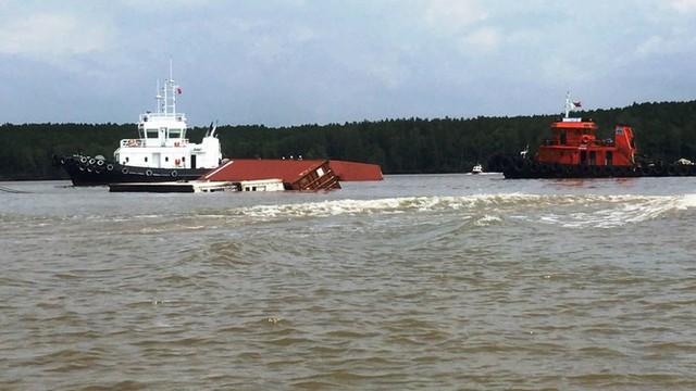 Cận cảnh cứu hộ tàu 8.000 tấn chìm trên sông Lòng Tàu - Ảnh 4.
