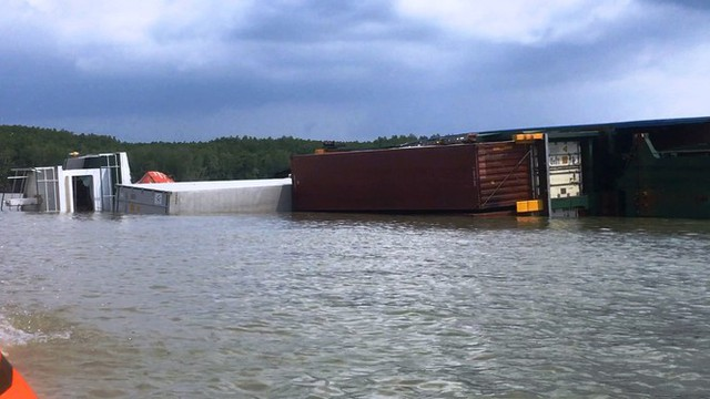 Cận cảnh cứu hộ tàu 8.000 tấn chìm trên sông Lòng Tàu - Ảnh 7.
