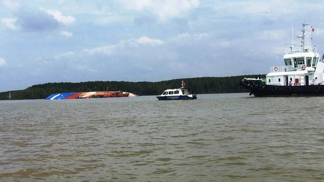 Cận cảnh cứu hộ tàu 8.000 tấn chìm trên sông Lòng Tàu - Ảnh 8.