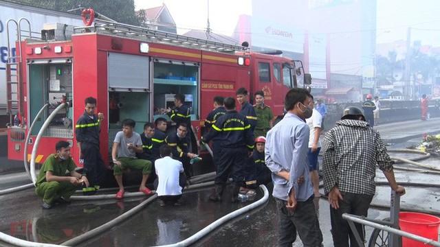 Toàn cảnh hiện trường tan hoang vụ cháy chợ Còng lúc rạng sáng, hàng trăm ki-ốt bị thiêu rụi - Ảnh 16.