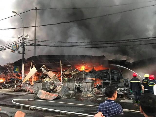 Toàn cảnh hiện trường tan hoang vụ cháy chợ Còng lúc rạng sáng, hàng trăm ki-ốt bị thiêu rụi - Ảnh 4.
