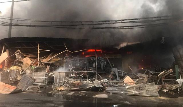 Toàn cảnh hiện trường tan hoang vụ cháy chợ Còng lúc rạng sáng, hàng trăm ki-ốt bị thiêu rụi - Ảnh 6.