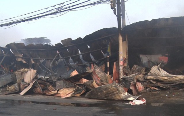 Toàn cảnh hiện trường tan hoang vụ cháy chợ Còng lúc rạng sáng, hàng trăm ki-ốt bị thiêu rụi - Ảnh 7.